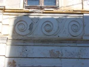 Ornamente ale clădirii ce găzduia Școala Maghiară